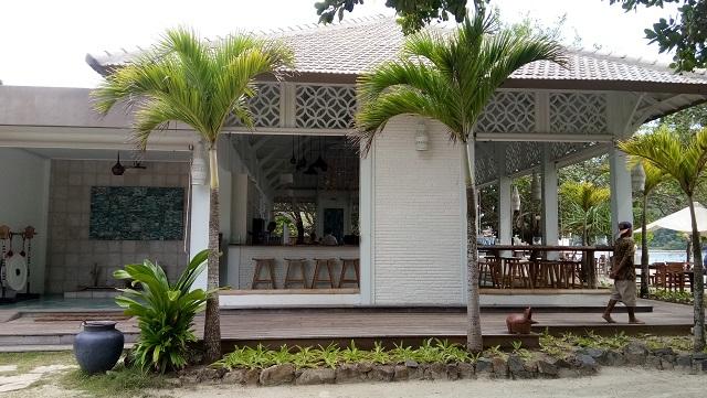 Nyamannya Bersantai di Laut Biru Bar and Restaurant Pantai Selong Belanak