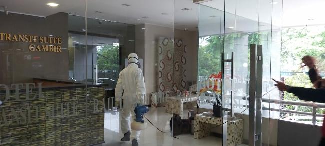 Antisipasi Virus Corona, PT Kereta Api Pariwisata Lakukan Penyemprotan Disinfektan di Hotel Transit Gambir, Konter Gambir dan Kantor Pusat Jakarta